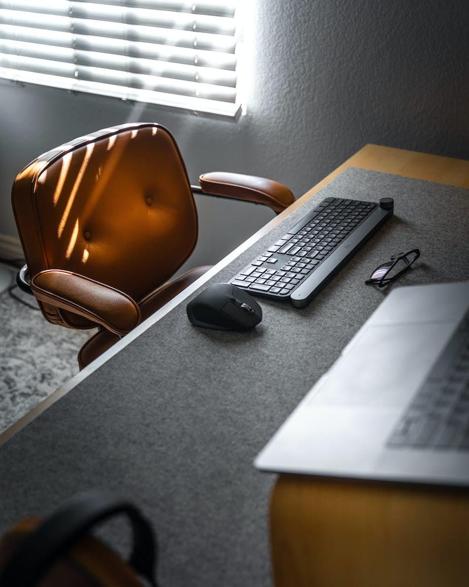 Γραφείο με καρέκλα, υπολογιστή και πληκτρολόγιο για προγραμματισμό ιστοσελίδων